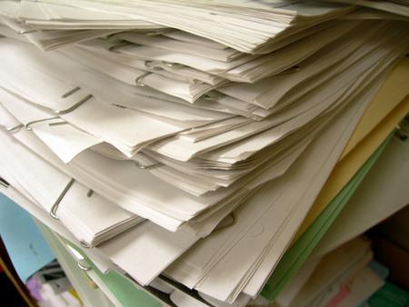書類をバッサリ捨てて、書類の山を片付けよう