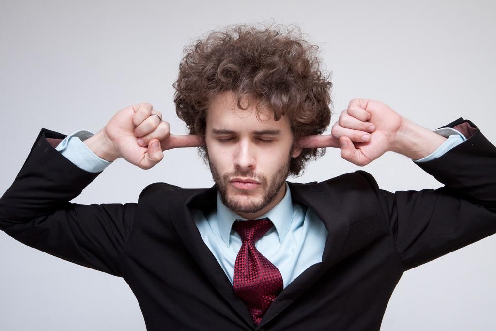 おしゃべりがうるさい職場では耳栓を使うとよい