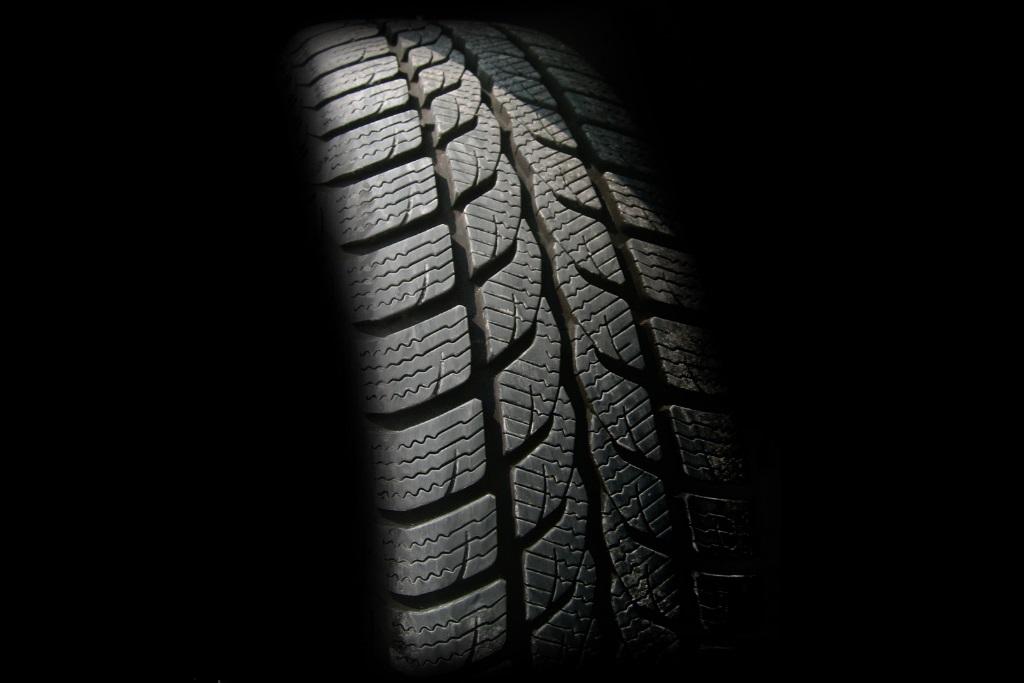 車のタイヤが泥のぬかるみ、雪にはまって動かない時の対応