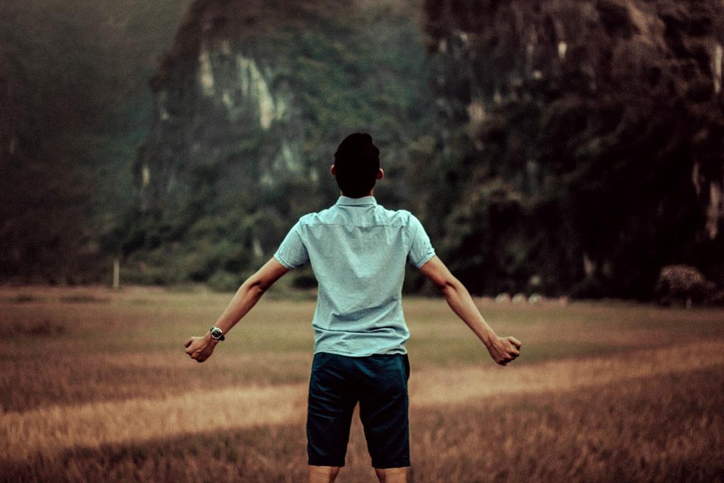 背筋を伸ばして姿勢をよくする効果とその方法