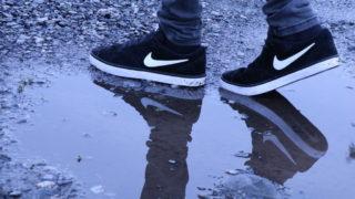 大雨の日の通勤でも靴下が濡れないようにする方法
